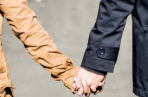 holding-hands-1031665_1920-pixabay-a