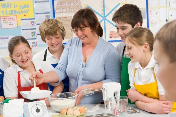 schoolchildren-and-teacher-at-school-in-a-cooking-class_rFvx8z60Bi.jpg