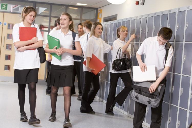 high-school-students-by-lockers-in-the-school-corridor_HKKxvCRBi