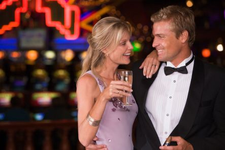 couple-celebrating-in-casino-with-champagne_rKgMq-RBo